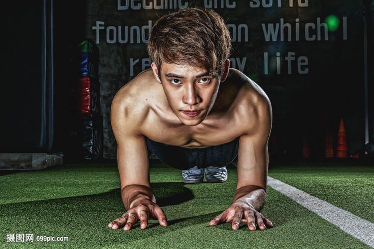 健身房强壮男性做俯卧撑视频造价工程师考试培训图片