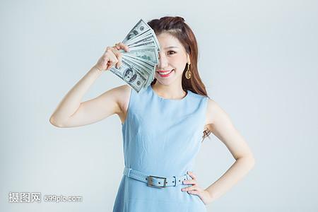 时尚女性拿钱消费图片
