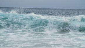 海洋海浪翻滚袭来实景拍摄