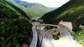 航拍西藏高山山峰公路素材