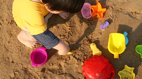 小孩子在沙滩玩沙子