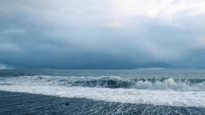 沙滩海浪冲击实拍视频