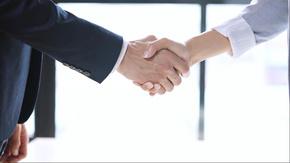 商务人士握手
