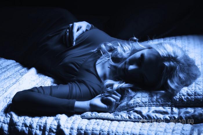 美女性感红色在躺在性感的一件床上连衣裙wow图女金发亡灵图片