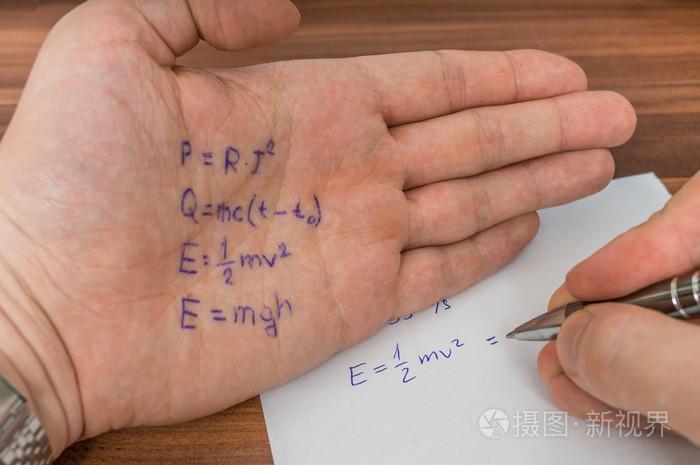 学生作弊考试作弊表用公式写在他的手上照片-正版商用图片0f96nv-摄图新视界